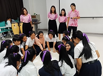 นักศึกษาชั้นปีที่ 4 ร่วมทำกิจกรรมกับน้องๆนักศึกษาสาขาความงาม