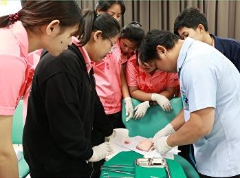 นักศึกษาชั้นปีที่ 3 ฝึกการฉีดยาและการเย็บแผล เพื่อเป็นการฝึกทักษะขั้นพื้นฐานให้เย็บบาดแผลได้จนชำนาญ