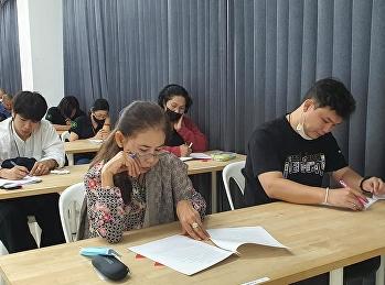 เจ้าหน้าที่ฝ่ายสนับสนุนวิชาการ อำนวยความสะดวกในการสอบวัดผลประมวลผลความรู้ ให้กับนักศึกษากัญชาเวชศาสตร์ ภาคพิเศษ